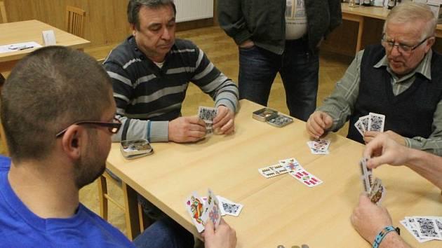 Ve Služovicích se v sobotu hrál mariáš hned na několika soutěžních stolech.