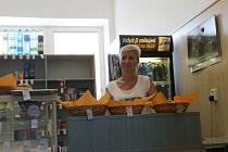 Doris Chalupová, která vede bufet v Základní škole Otická, přijde kvůli vyhlášce o práci.