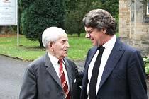 """Potomek Rothschildů – baron Geoffrey R. Hoguet (vpravo) – se v Šilheřovicích sešel kromě starostů obcí i s osmadevadesátiletým pamětníkem Karlem Sládkem, jehož otec pracoval na zámku u koní jako """"Reitmeister""""."""