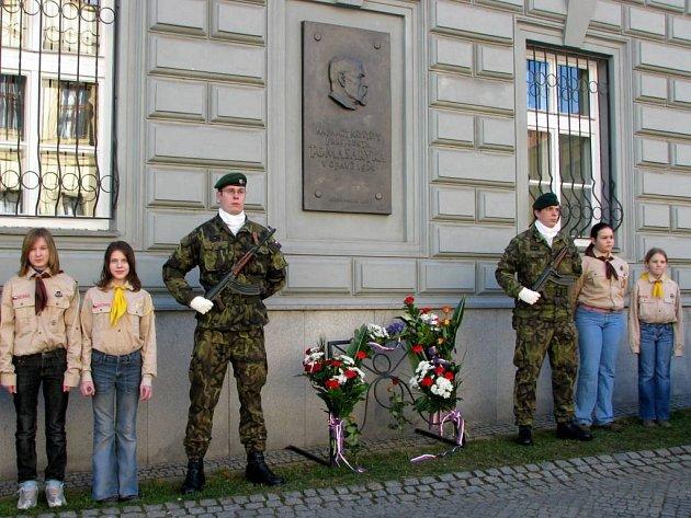 Pod pamětní desku Tomáše Garyka Masaryka lidé pokládali květiny.