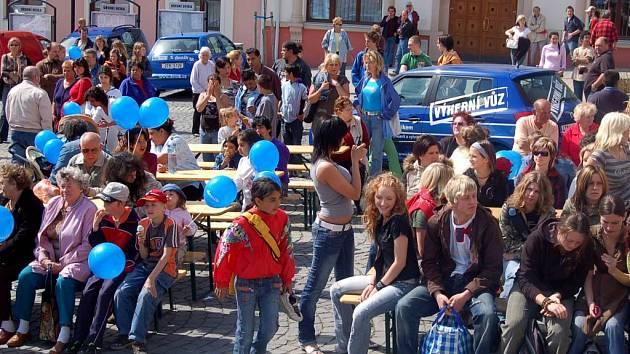Vítkovští na Dni s Deníkem. Ve včerejším slunečném odpoledni se na náměstí ve Vítkově sešly stovky lidí.