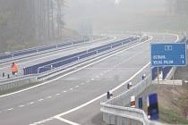 Po šesti a půl letech od poklepu na základní kámen byla v úterý 13. října na křižovatce u Hrabyně slavnostně otevřena silnice I/11 z Mokrých Lazců na hranici Ostravy.