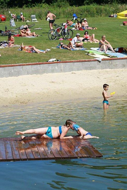 a5ffc67aa23 Opavské Stříbrné jezero je v těchto dnech cílem stovek Opavanů. Voda je zde  podle hygieniků