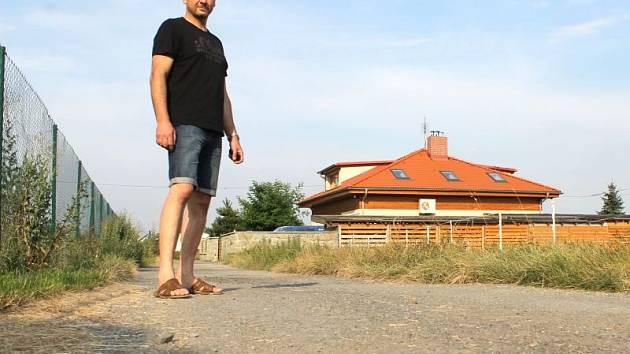 Předseda občanského sdružení Za civilizované bydlení Tomáš Verner stojí na páteřní komunikaci, která je podepsána pod mnohými problémy spojenými s ulicí Joži Davida.