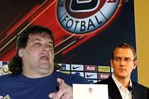 Džeky vysvětluje svůj přestup na tiskové konferenci v hotelu Iberia ve společnosti Daniela Křetínského.