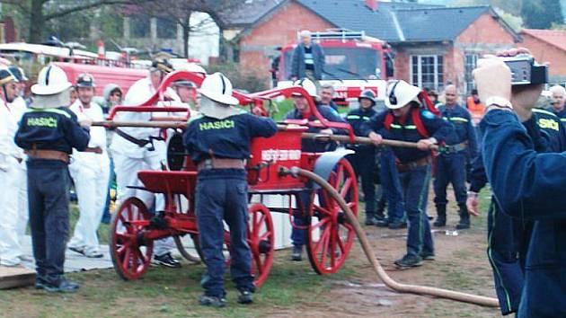 Hasičské soutěže v družební obci Čtyřkoly se zúčastnili také senioři.