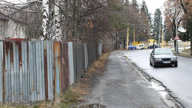 Jeden z pozemků u opavského východního nádraží, které dávají České dráhy do prodeje, leží i za tímto plotem. Tento se řadí ale spíše k těm, o které nejspíše velký zájem nebude.