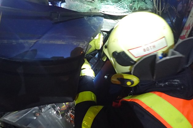 Zásah hasičů u nehody vlaku s osobním automobilem v Opavě.