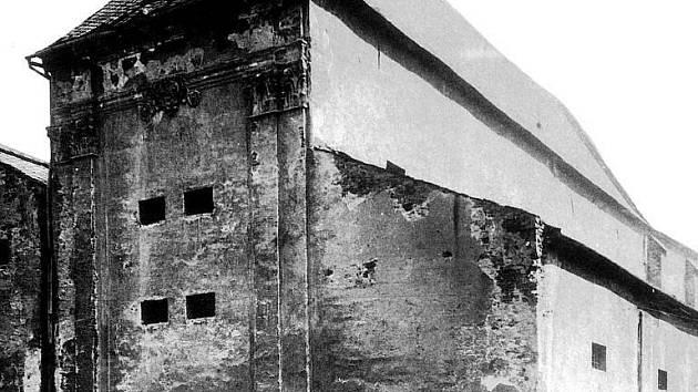 Pohled na dominikánský klášter ze Solné ulice v roce 1911.