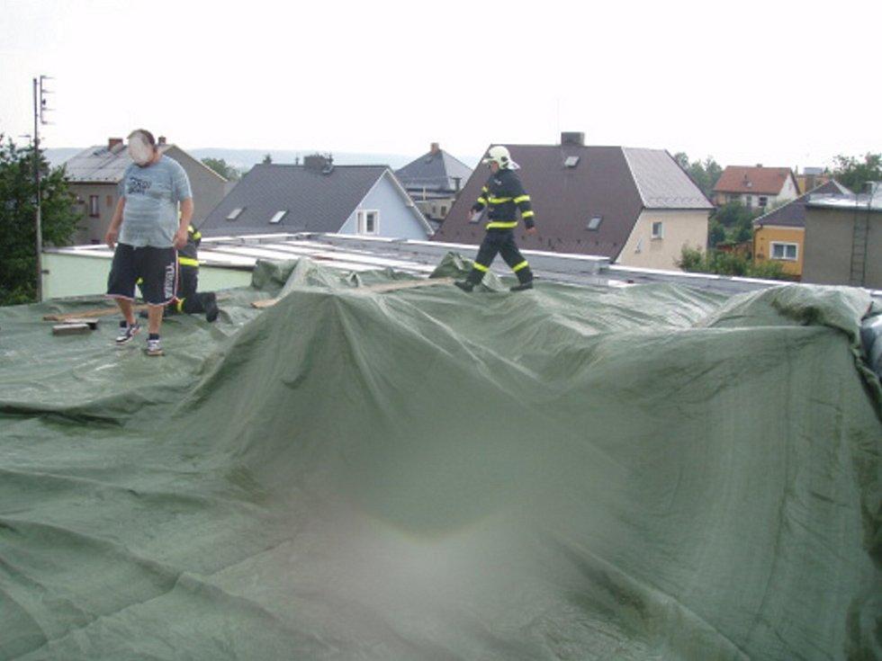 Poškozená střecha prudkým větrem v Bohuslavicích.