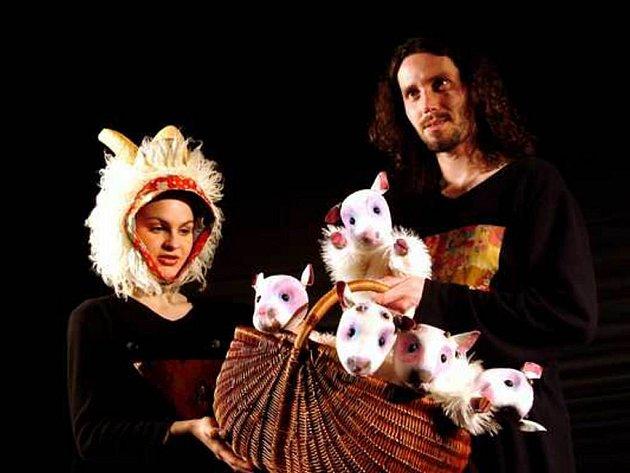 Divadlo loutek z Ostravy bude v neděli na prknech Slezského divadla hostovat se hrou Čtyři pohádky s vlky za vrátky.