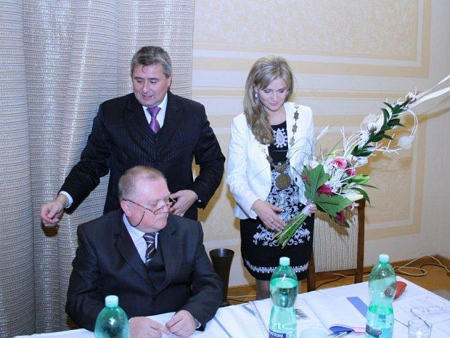 Osm let seděl na starostovské židli Andreas Hahn (ODS). Nyní ho vystřídá sedmatřicetiletá Monika Brzesková, kterou ale široká veřejnost zná pod rodným příjmením Žídková a jako vítězku Miss České republiky v roce 1995.