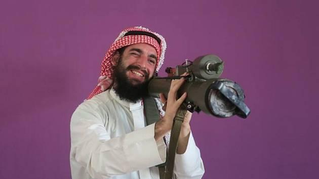 Fotografie, která vzbudila velké emoce. Pavel Klega zve na přednášku v Červeném kostele v Hlučíně v arabském kroji a bazukou v ruce.