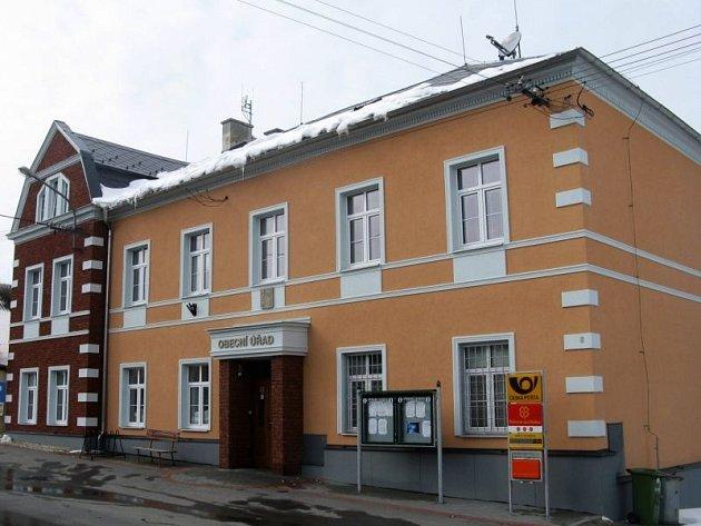Budova brumovického obecního úřadu, kde sídlí i pošta, prošla poměrně nedávno rekonstrukcí.