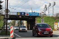 Chodci i auta se od 10. května přes místo přemostěné viaduktem nedostanou.