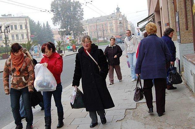 Chodník před Bredou, po kterém denně projdou stovky lidí, je ve velmi špatném stavu.