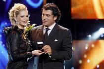 Monika Žídková přebírá cenu za nejoblíbenější miss od roku 1989 z rukou olympijského vítěze v lyžování Alberta Tomby.