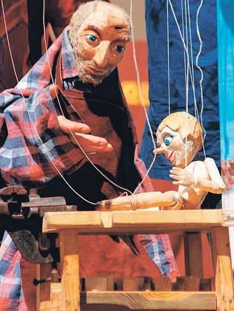 Dramaticko-dobrodružný příběh o tom, kterak starý řezbář Geppetto vyrobil ze zvláštního kusu lipového dřeva malého panáčka Pinocchia.