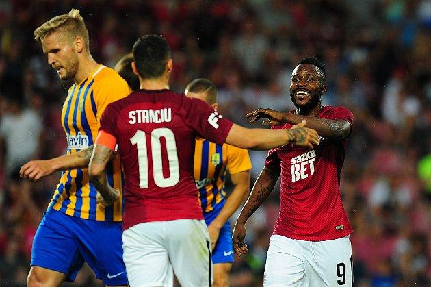 Fotbalové utkání Fortuna ligy mezi celky AC Sparta Praha a SFC Opava 21.července vPraze. Guelor Kaku Kanga a Nicolae-Claudiu Stanciu se radují.