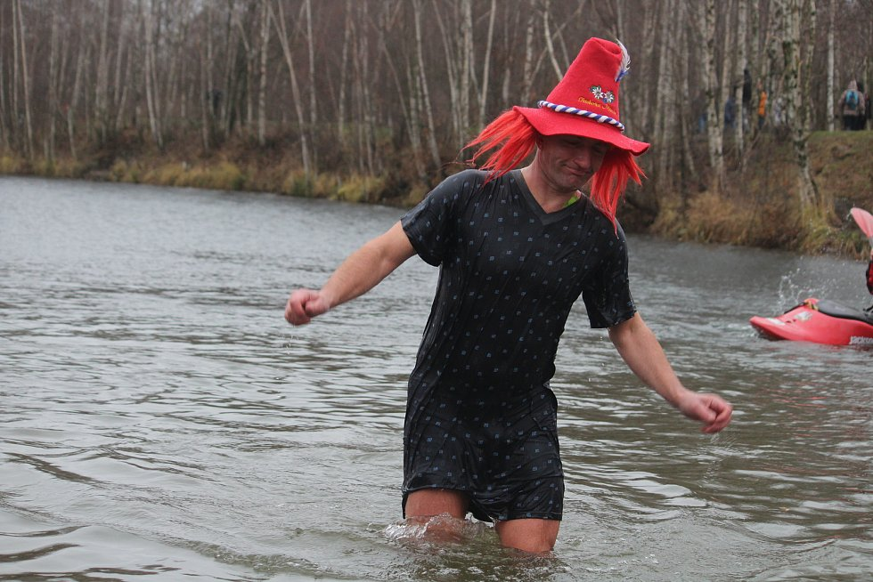 Na Štědrý den před polednem se na Stříbrném jezeře v Opavě uskutečnil už devátý ročník otužilecké akce s názvem Opavský rampouch.