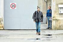 Viktor Mojžíš v podání Davida Švehlíka opouští bránu opavské věznice.