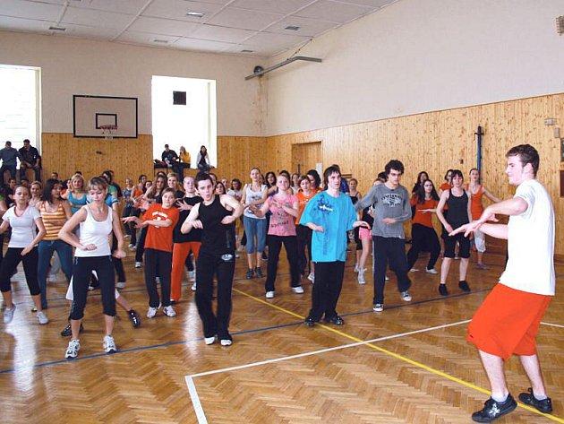 Tanec a pohyb ovládly Mendelovo gymnázium.