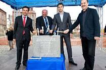 Na základní kámen ve čtvrtek poklepali (zprava) architekt Oldřich Hájek, ředitel investora Radim Bajgar, opavský primátor Zdeněk Jirásek (ČSSD) a generální ředitel dodavatelské společnosti VCES Ludovic Duplan.