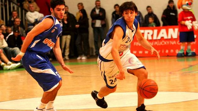 Jakub Šiřina (vpravo), talentovaný dvacetiletý rozehrávač z Ostravy se stal v pátek novou posilou opavských basketbalistů.