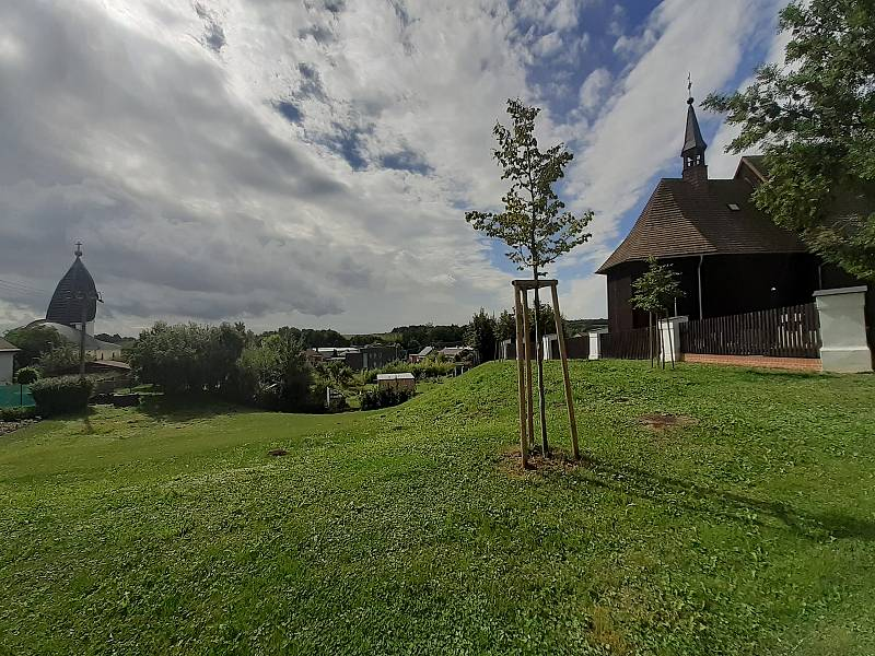 Dřevěný kostel sv. Petra a Pavla a vlevo pohled na kostel Krista dobrého Pastýře.