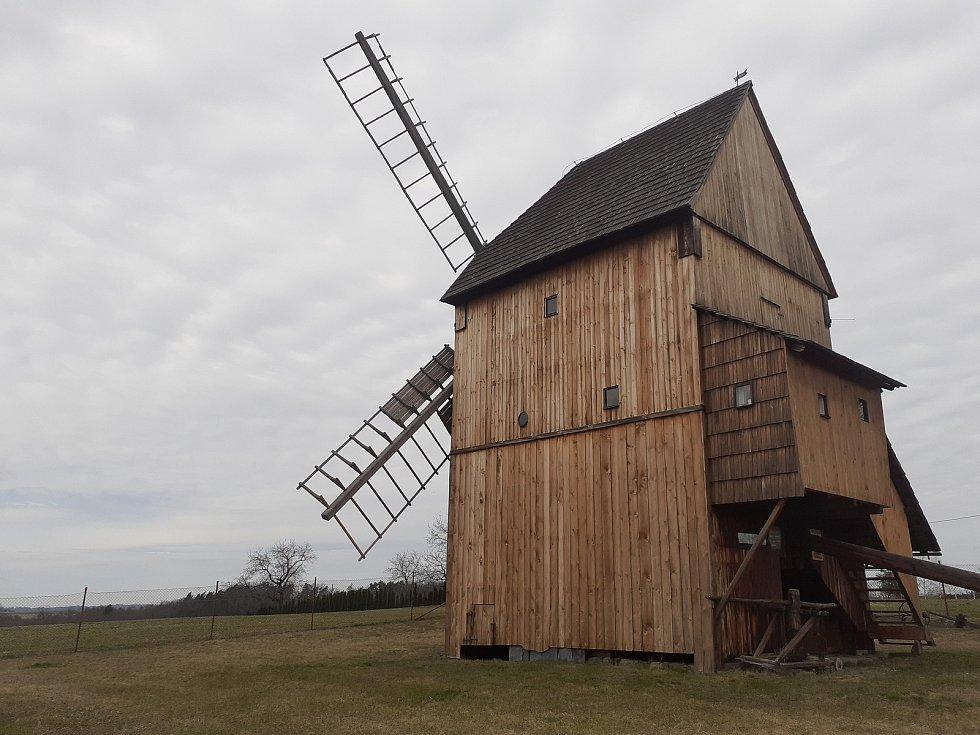 Větrný mlýn na Cholticích.