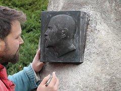 Reliéf prezidenta Masaryka se minulý týden vrátil na bludný balvan u staré hlučínské bašty v parčíku vedle sochy Františka Štorka.