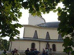 Dvě jednotky hasičů zasahovaly u střechy kostela, kterou zhruba z pětiny strhl silný vítr.