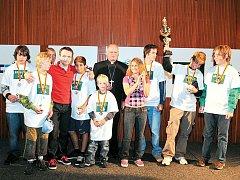 Děti z Dětského domova v Čeladná obsadily v turnaji v minikopané druhé místo a medaile a pohár jim předali František V. Lobkowicz, Vlastimil Korec a Jana Kociánová.