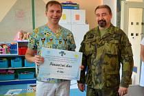 Symbolický šek převzal od vojáků primář dětského oddělení Dalibor Hudec.