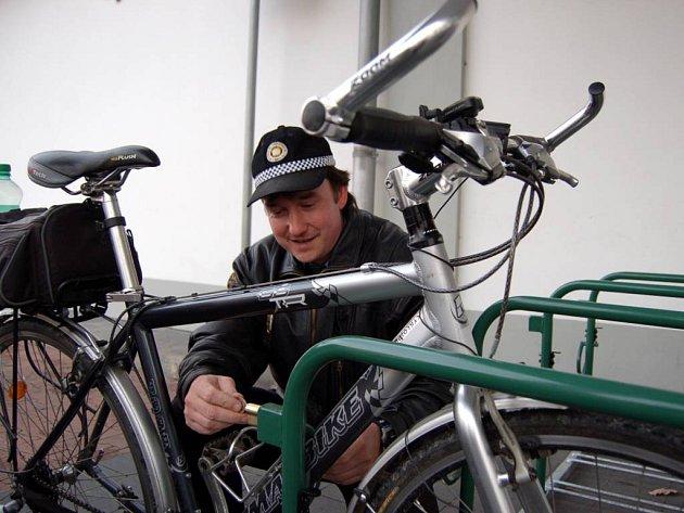 Bezpečnostní cyklostojany jsou v Opavě od tohoto týdne. Podle strážníků městské policie lidem při správném používání odcizení kola nehrozí.