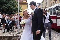 Tak trochu jinou svatbou zahájila společný život dvojice opavských sportovců. Volejbalistka Markéta Jašková vykročila k oltáři kostela sv. Václava v jednu hodinu po poledni. U něj ji čekal opavský hokejista Tomáš Polok.