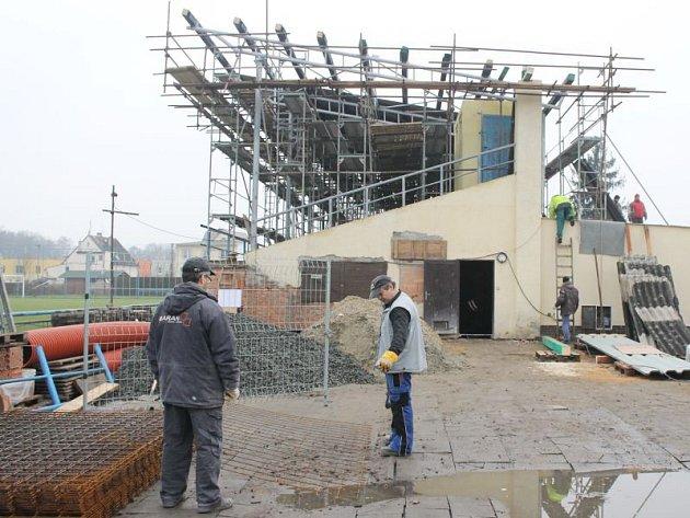 Práce na nové tribuně a zázemí kravařského fotbalového hřiště mají být hotovy do dubna.
