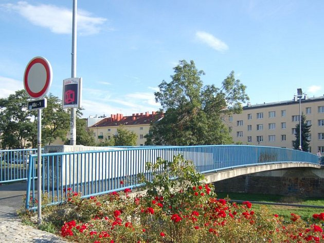Za posledních dvacet let se v Opavě zřítila lávka jednou, a to v roce 1997. U herny Bludička v Kateřinkách ji tehdy strhla povodeň. Dnes vypadá takto.