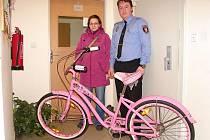 Majitelka nalezeného kola měla opravdovou radost. Nechat si kolo opatřit evidenčním čipem se jí vyplatilo.
