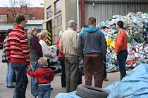 Exkurze začala u hromady odpadu v areálu technických služeb.