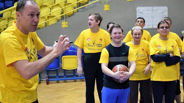 Opavští basketbalisté trénují s klienty Radosti.