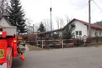 Strom v Nových Sedlicích spadl na střechu domu.