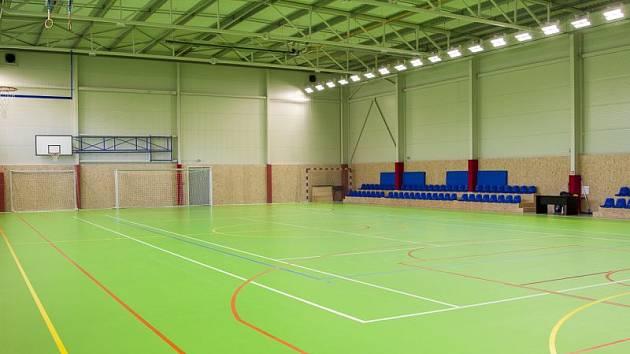 V areálu fotbalového stadionu Slezského FC Opava byla v pátek slavnostně otevřena nová hala a také fotbalové hřiště s umělým povrchem. Stavba byla započata v polovině května a prvního prosince předána do správy SFC.