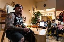 Páteční večer v opavském studiu Bekus Art Style byl zasvěcen tetování a vlastně vůbec všemu, co k němu patří. Pořádala se zde přednáška, v jejímž rámci se návštěvníci dokonce mohli na chvíli etablovat do role samotných tatérů.