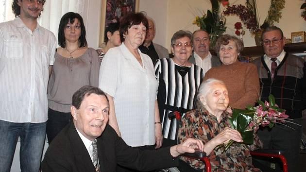 Anna Pavelková v obklopení dětí a vnoučat během středeční oslavy svých stých narozenin.