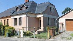 Dům, kde se vraždilo, se nachází v klidné zástavbě nedaleko nové sportovní haly.