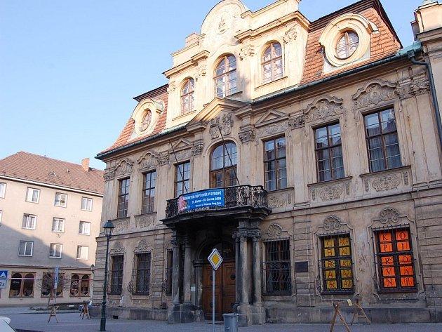 Slezské muzeum hledalo ve snaze o alespoň dílčí nápravu stavu střechy pomoc u města Opavy. Uspělo jen částečně. Místo 250 dostalo od zastupitelů jen 50 tisíc korun.