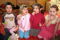 Děti v opavské Mateřské škole Mnišská mají na svačinku ovoce běžně, třebaže se na ně projekt nazvaný Ovoce do škol nevztahuje.