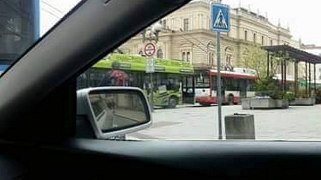 Nehoda na Horním náměstí v Opavě zablokovala autobusy i trolejbusy.