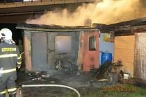 Dvě jednotky hasičů zasahovaly v noci na středu u požáru přízemní chatky na okraji Opavy.